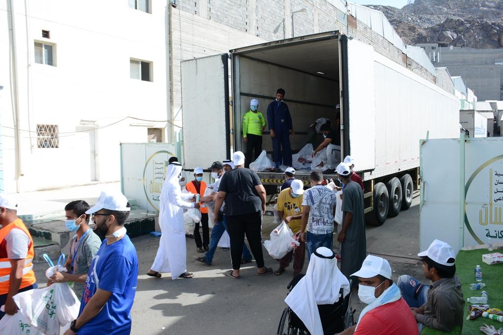 """البنك الإسلامي بالتعاون مع """"إحسان"""" يوزعان أكثر من 7500 ذبيحة بمكة المكرمة"""