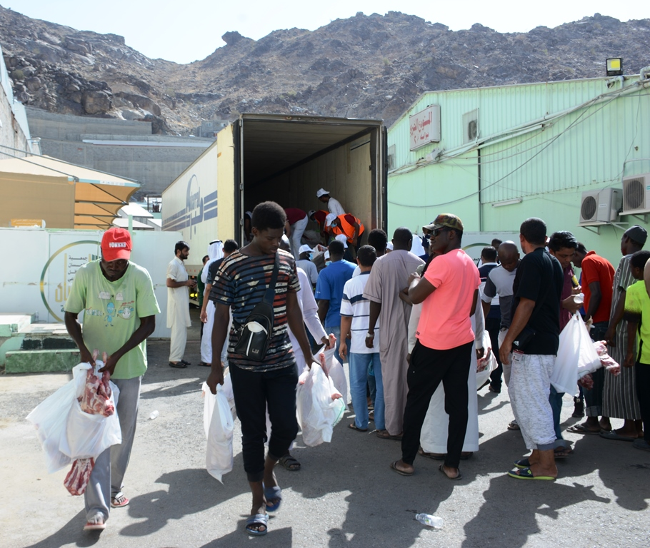 البنك الإسلامي وجمعية الإحسان يوزعان 7500 ذبيحة على فقراء الحرم